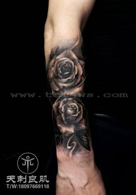 小臂欧美写实玫瑰纹身