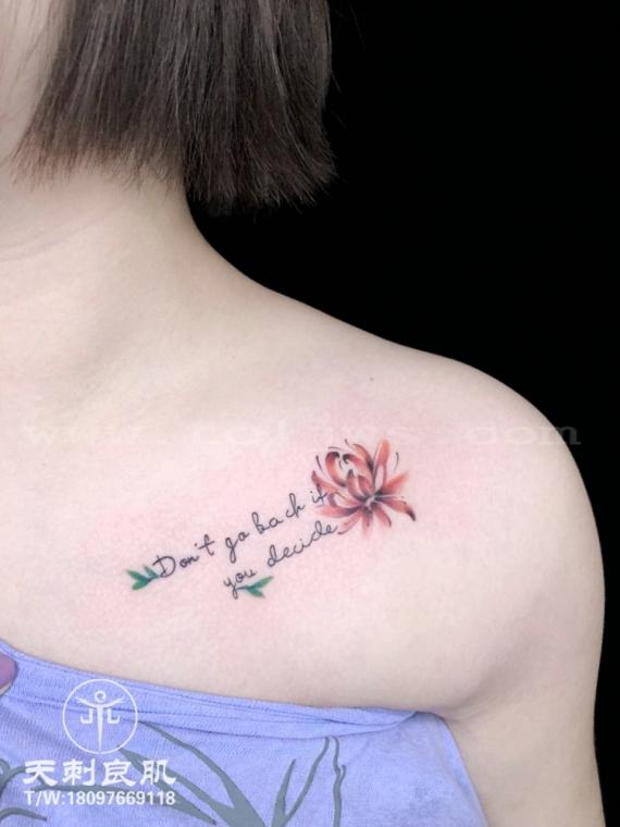 锁骨彼岸花纹身英文字母纹身