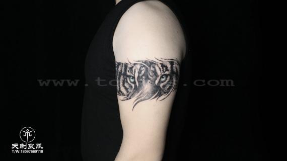 大臂写实老虎臂环纹身