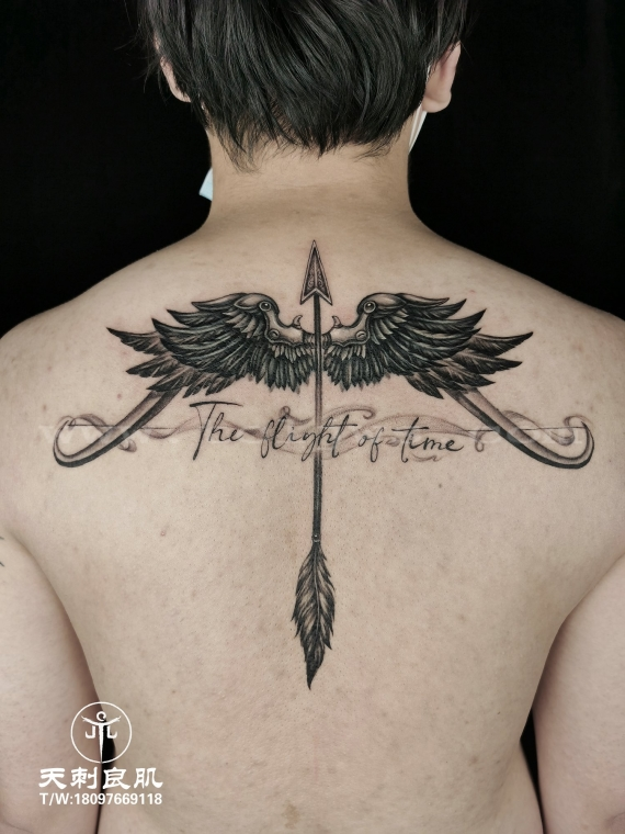 后背羽毛弓箭纹身