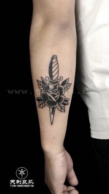 小臂后侧oldschool 玫瑰匕首纹身