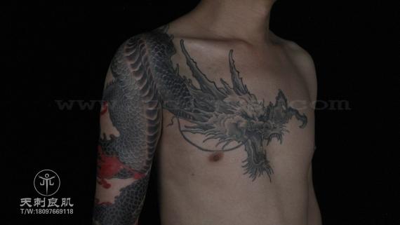传统龙纹身半甲大臂纹身