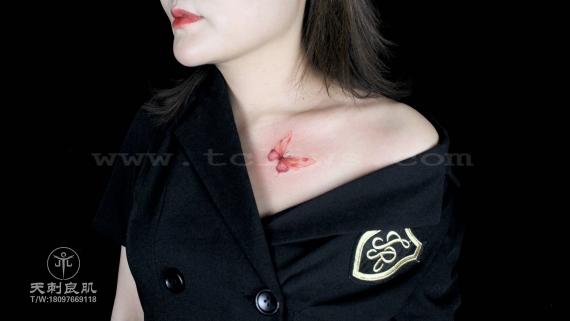 锁骨彩色蝴蝶纹身
