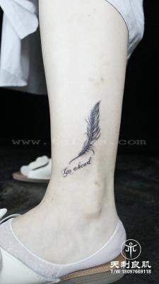 小腿羽毛纹身