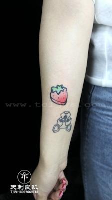 小臂小草莓纹身