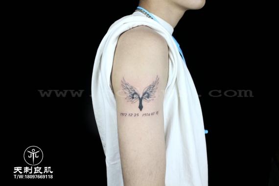 大臂翅膀纹身