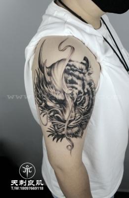 大臂写实龙虎纹身