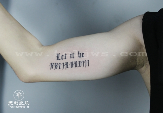 大臂内侧哥特字母纹身