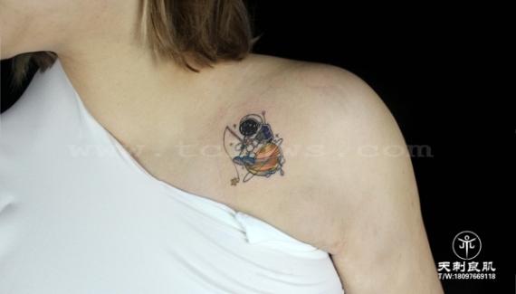 锁骨宇航员,小水彩纹身