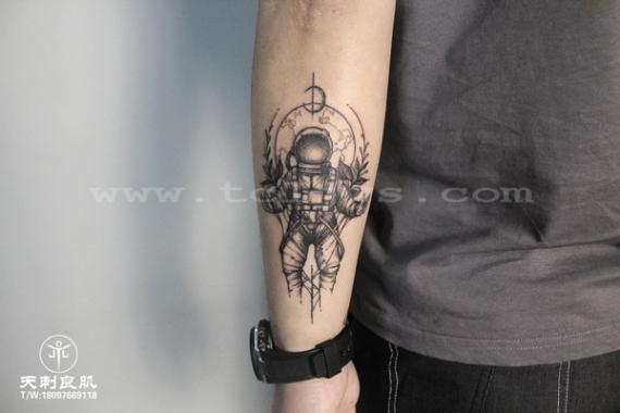 速写风宇航员纹身