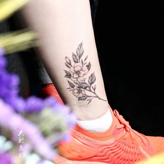 伊犁小腿素花纹身