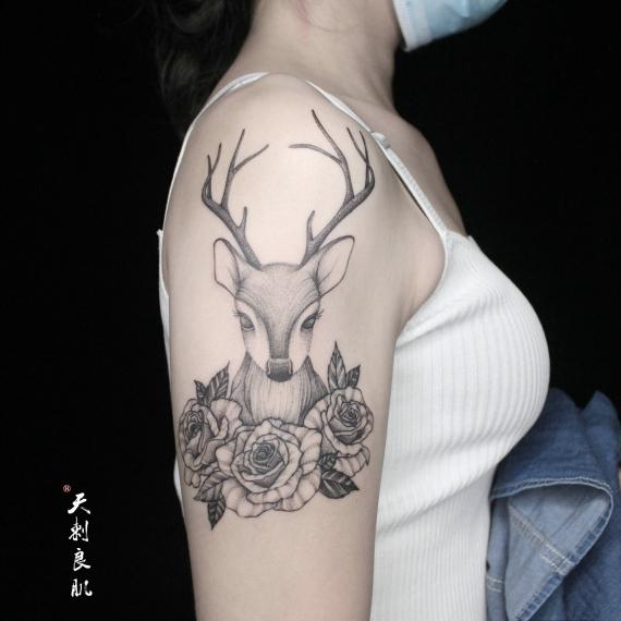 大臂鹿纹身